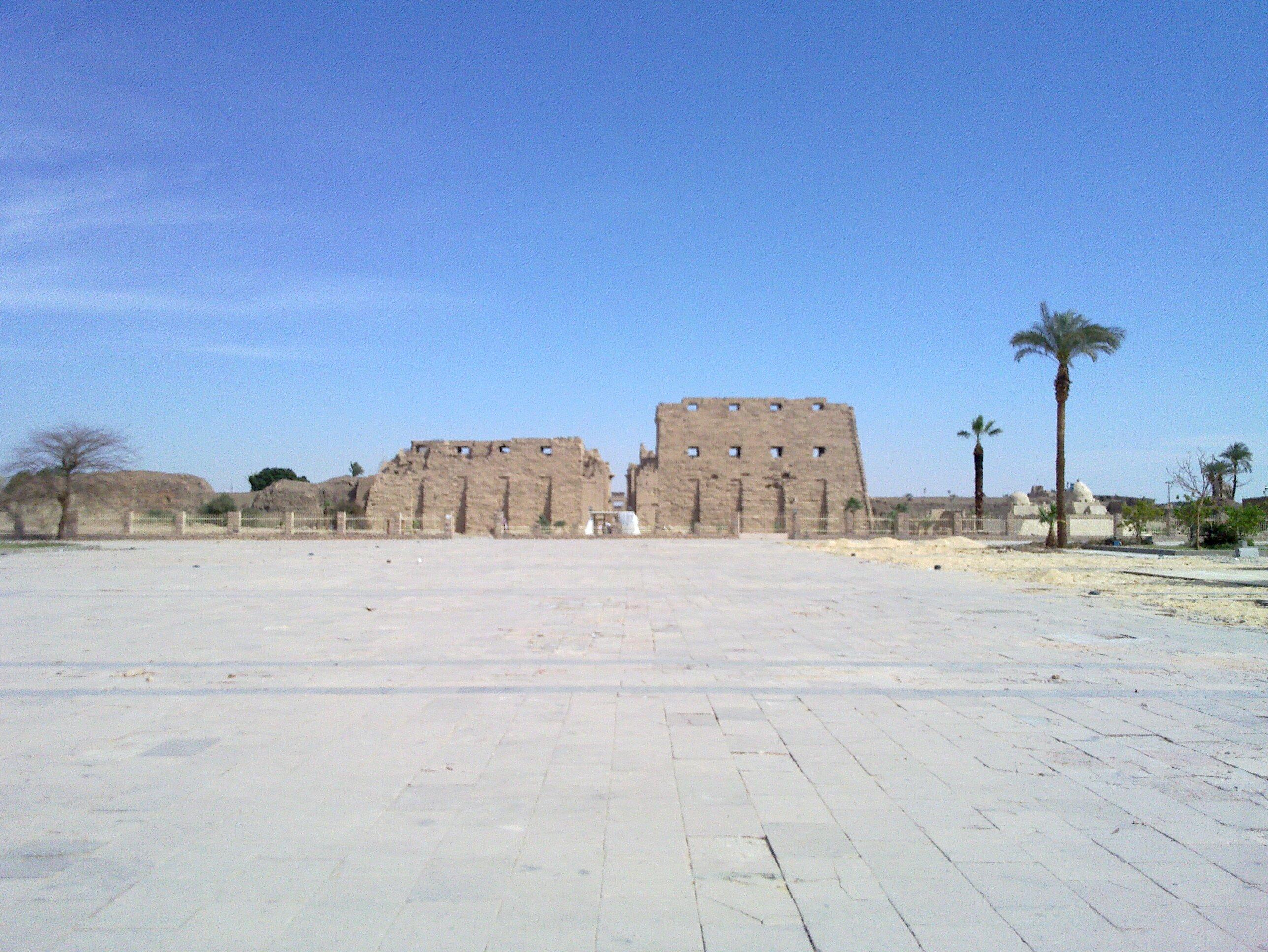 Platz vor erstem Pylon des Tempels von Karnak