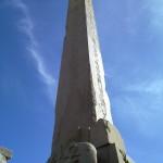 Noch stehender Hatschepsut Obelisk im Tempel von Karnak