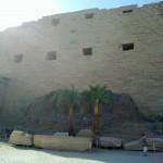 Rückseite des ersten Pylons mit Resten der Rampe im Tempel von Karnak