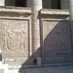 Der Pharao bringt Hor-Behdeti und Hathor Opfergaben dar