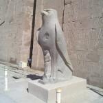 Falkenstatue im Hof des Tempels von Edfu