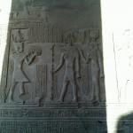 Sobek und Hathor empfangen Opfergaben des Pharaos