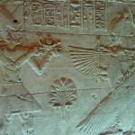 Pharao bringt Osiris Opfergaben, Isis hält schützende Geierschwingen um ihn