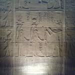 Der Pharao opfert verschiedenen Göttern