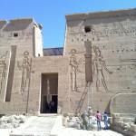 Front des Philae-Tempels mit dem Stein der Isis