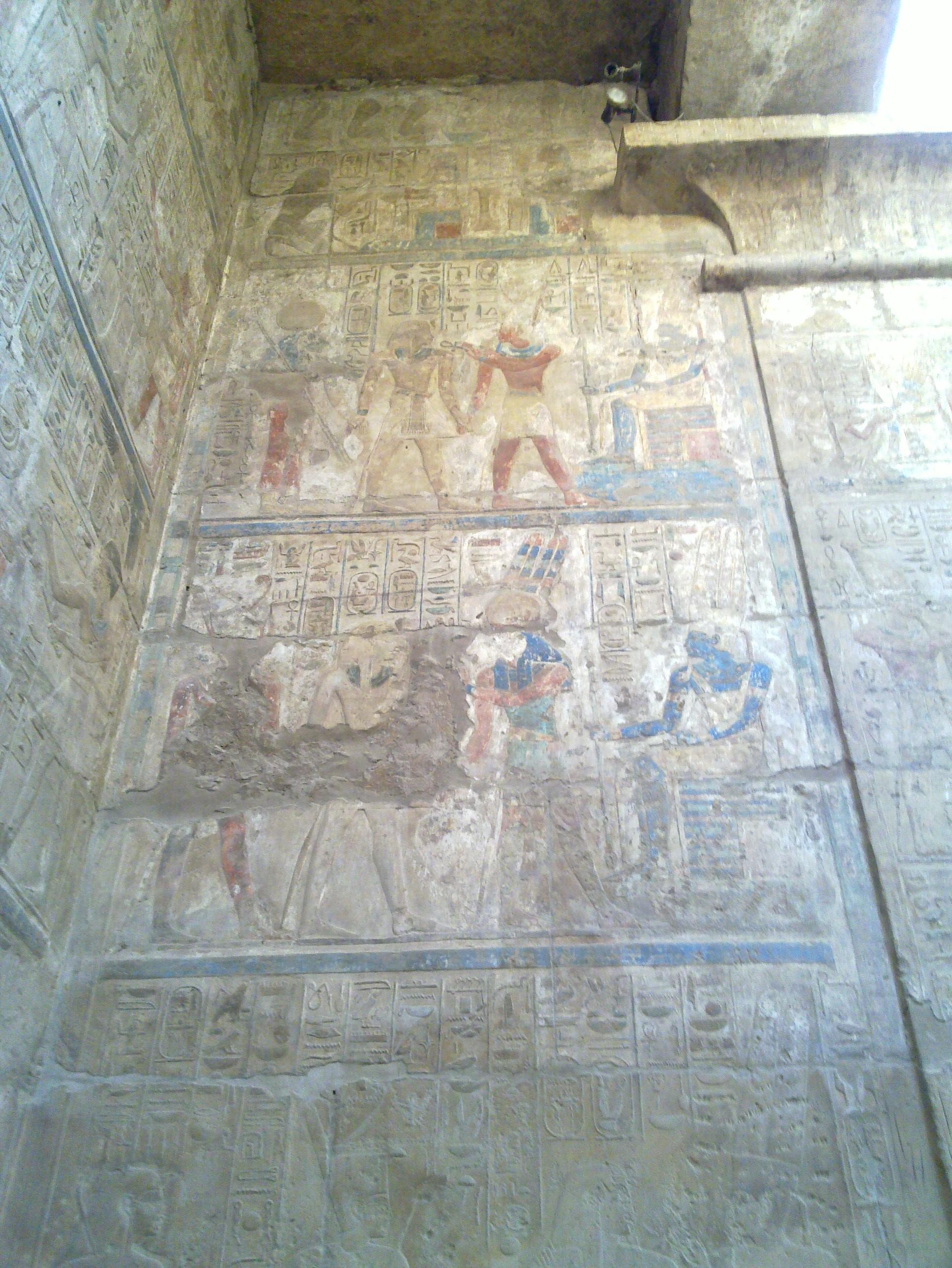 Bemalte Reliefs mit Amun