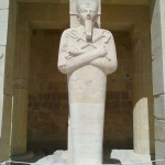 Hatschepsut-Statue in ihrem Totentempel in Theben West