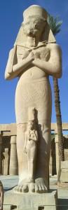 Ramses II. mit Tochter Meritamun im Tempel von Karnak