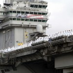 USS Abraham Lincoln mit Mission Accomplished Banner